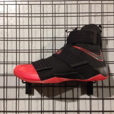 LeBron Solider 10 'Un-Cleated'
